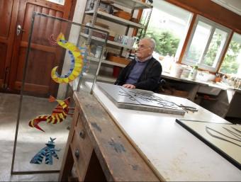 Domènec Fita, ahir al seu taller, amb un dels vitralls concebuts per a un hotel de Soldeu JOAN SABATER