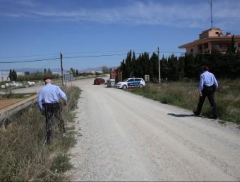 Agents dels Mossos d'Esquadra buscant ahir un camí que condueix al Far d'Empordà, des de la ronda sud de Figueres JOAN CASTRO / ICONNA