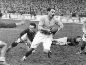 Jep Desclaux, amb la pilota, s'escapa d'uns rivals USAP