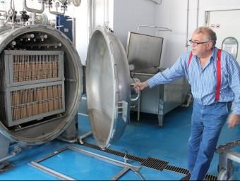 Pere Gotanegra, obrint la màquina de darrera generació on s'esterilitza el fumet