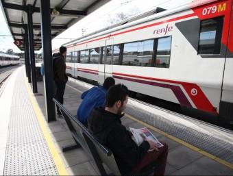 Usuaris de Blanes de la nova línia en el moment de l'arribada d'un dels trens LL. SERRAT