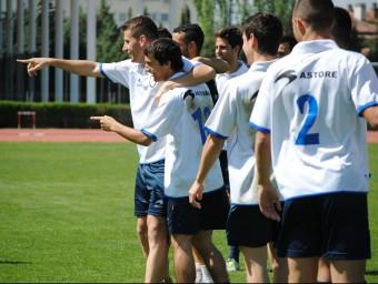 Cano i Bilbao assenyalen els companys amb el dit, en l'entrenament d'ahir A. MONTOLIU / FCF