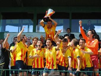 El capità, Àlex Cano, alça la copa de campions estatals de la copa de les Regions, ahir a la llotja del camp municipal de l'Albuera ÁLVARO MONTOLIU / FCF