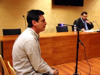 Alfonso Fernández Berja , ahir al judici i, a darrere, el seu advocat, Josep Maria Pino ACN