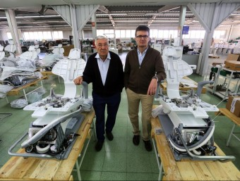 Antoni Carles, pare i fill, a la nau industrial de Vilassar de Mar on es fa el muntatge de les butaques mèdiques.  QUIM PUIG