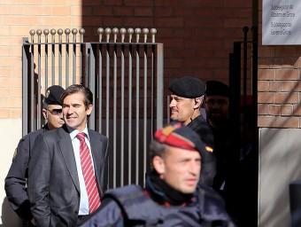 El subdelegat i policies a l'entrada a la subdelegació el 6 de març mentre es feien les expropiacions MANEL LLADÓ