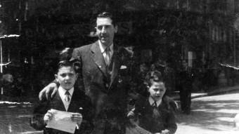Agustí Planas -a la dreta- amb el seu pare i els seu germà en una foto de principi dels anys cinquanta