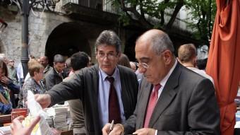 Joaquim Nadal firma el seu llibre durant la festa de Sant Jordi JOAN SABATER