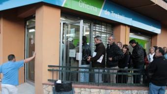 Una cua de persones al servei d'ocupació de la Bisbal d'Empordà EMILI AGULLÓ
