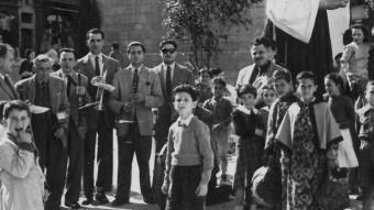 Josep Maria Joan Rosa, en primer terme i en pantalons curts al 1950.