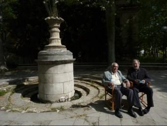 Enric Estragués i l'editor, Anton Maria Rigau, a la Font de la Puda de Banyoles. R. E