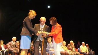 L'alcaldessa, Marta Felip, i la regidora de Benestar, Dolors Pujol, homenatjant un dels veïns que aquest any compleix noranta anys. M.VICENTE