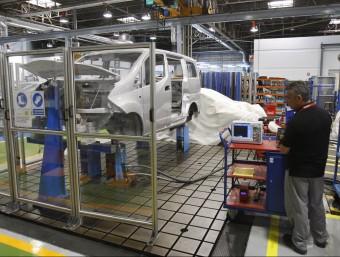 Treballador de Nissan, a la planta de la Zona Franca.  ORIOL DURAN