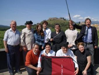 Representants de restaurants que participen en la mostra del Tricentenari, amb el castell d'Hostalric al fons. EL PUNT