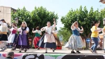 El grup de danses de Llocnou participa en la Trobada. EL PUNT AVUI