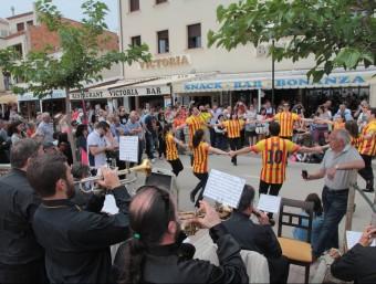 Els músics de la Principal d'Olot, interpretant ahir la sardana al passeig del Mar de Tossa, amb membres de Flor de Fajol com a dansaires E.A