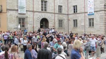 L'entrada i sortida de la gentada de la Casa Pastors ahir, tot i ser dilluns D.V