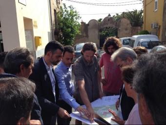 El conseller Santi Vila amb els càrrecs electes dels pobles afectats, aquest dissabte passat a Garrigàs EL PUNT AVUI