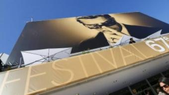 La façana del Palau dels Festivals amb el cartell d'aquest any, protagonitzat per Marcello Mastroianni YVES HERMAN (REUTERS)