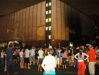Veïns davant de la subestació del passatge Maragall el 23 de juliol del 2007.  ARXIU