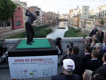 Jordi Garcia Pinto executa el cop sobre el riu Onyar que va donar per inaugurat l'edició del 2014 de l'Open d'Espanya de golf. JOAN SABATER