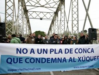 Concentració de protesta al pont vell d'Alzira. EL PUNT AVUI