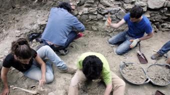 Uns arqueòlegs treballen en la fossa comuna de Gurb, amb víctimes de la Guerra Civil EL PUNT AVUI