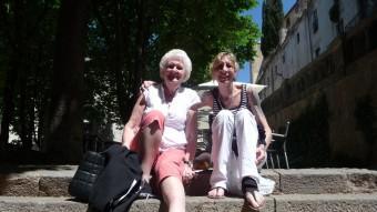 Mare i filla, gaudeixen del sol i la cultura EL PUNT AVUI