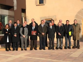 Foto de família de la quinzena de batlles que formen el grup d'Alcaldes de la C-17 RAMON FERRANDIS / EL 9 NOU