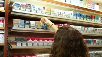 Una dona compra tabac, un producte que causa sis milions de morts l'any a tot el món JOAN SABATER