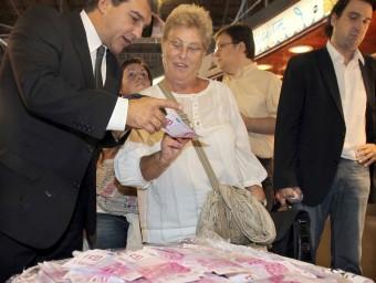 Joan Laporta, valent-se d'un sac de bitllets falsos,durant una campanya electoral.  ARXIU