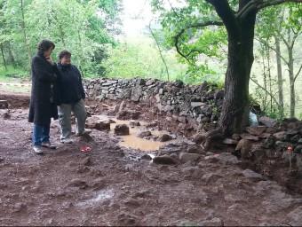 Dues de les responsables de les excavacions amb la paret ibèrica que s'ha trobat al Boscarró. J.C