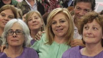Elena Valenciano també es fa una fotografia amb diverses dones a Gijón EFE