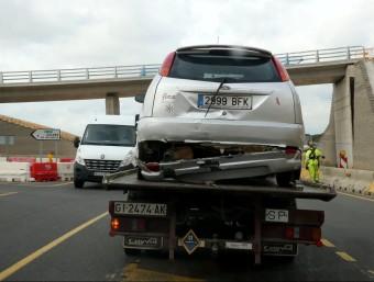 Una grua retira un dels vehicles afectats en l'accident al tram de l'N-II a Caldes JOAN CASTRO / ICONNA