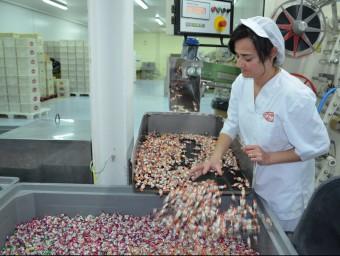 Una treballadora de Gerió, ahir durant el procés de fabricació de caramels. I.BOSCH