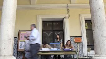 Un home passa davant els integrants d'una taula electoral a Valèn cia durant els comicis europeus del 2009 EFE