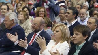 Felipe González, Martin Shulz, Elena Valenciano i Javi López aplaudeixen en un moment del mítin de final de campaña celebrat ahir a Barcelona ORIOL DURAN