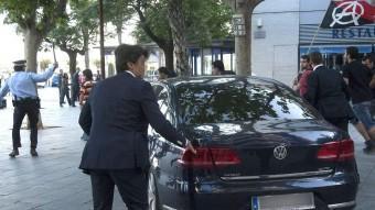 El cotxe del Cristóbal Montoro, increpat aquest dimecres per manifestants a la Rambla de la Pau de Vilanova i la Geltrú ACN
