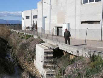 Una riera dificulta l'accés a una empresa del polígon de Cassà de la Selva.  ARXIU/JOAN CASTRO