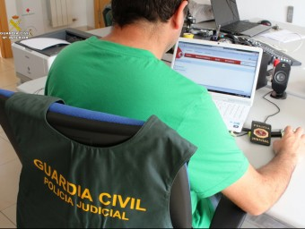 Un agent de la Guàrdia Civil de Salu durant la investigació GUÀRDIA CIVIL / ACN