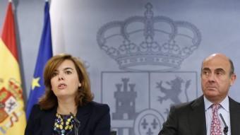 La vicepresidenta del govern espanyol, Soraya Sáenz de Santamaría, i el ministre d'Economia, Luis de Guindos, a la roda de premsa posterior al Consell de Ministres EFE
