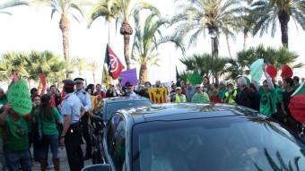 Els cotxes oficials de la comitiva del PP, envoltats per manifestants el dimecres a Vilanova i la Geltrú ACN