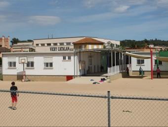 Una imatge dels barracons de l'escola Benaula de Caldes, al carrer de la Pau, on es fan classes d'infantil i primària i on hi ha la secció d'institut, ahir a la tarda LLUÍS SERRAT