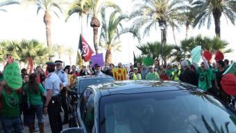 Els vehicles oficials de la comitiva del PP, envoltats per manifestants el passat dimecres a Vilanova i la Geltrú ACN