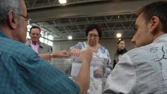 Una dona vota a un col·legi electoral de Girona LLUÍS SERRAT