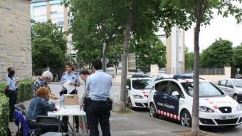 Agents dels Mossos fan retirar una de les meses del Multireferèndum, aquest diumenge a Girona ACN