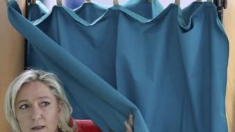 La líder del Front Nacional, Marine Le Pen, votant aquest diumenge a un col·legi electoral de Henin-Beaumont REUTERS