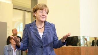 Angela Merkel després de dipositar el vot a l'urna