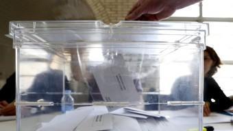 Una urna electoral a mig omplir, aquest diumenge a un col·legi electoral del Masnou durant la REUTERS