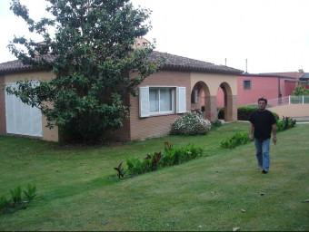 Josep Puig davant de casa seva a Montfullà, on ahir uns lladres van entrar mentre al seva dona dormia. TURA SOLER